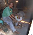 Fabrication d'un cuiseur par l'artisan ferronnier